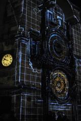 Современные украшения на самых известных часах Праги