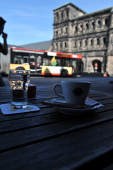 Кофе и черные ворота